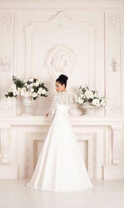 Свадебное платье А-силуэта с длинными рукавами из плотной кружевной ткани.