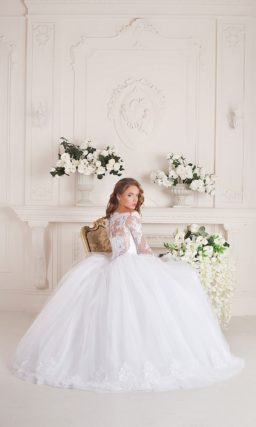 Свадебное пышное платье в торжественном стиле, с закрытым верхом и многослойной юбкой.