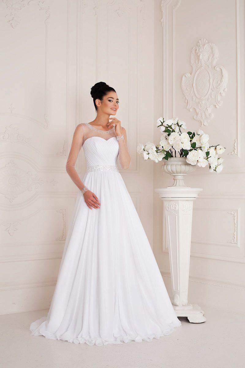 Свадебное платье кроя «трапеция» с длинными прозрачными рукавами и атласным поясом.