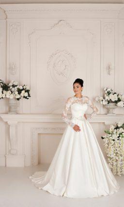 Роскошное свадебное платье из атласной ткани с элегантным закрытым верхом из кружева.