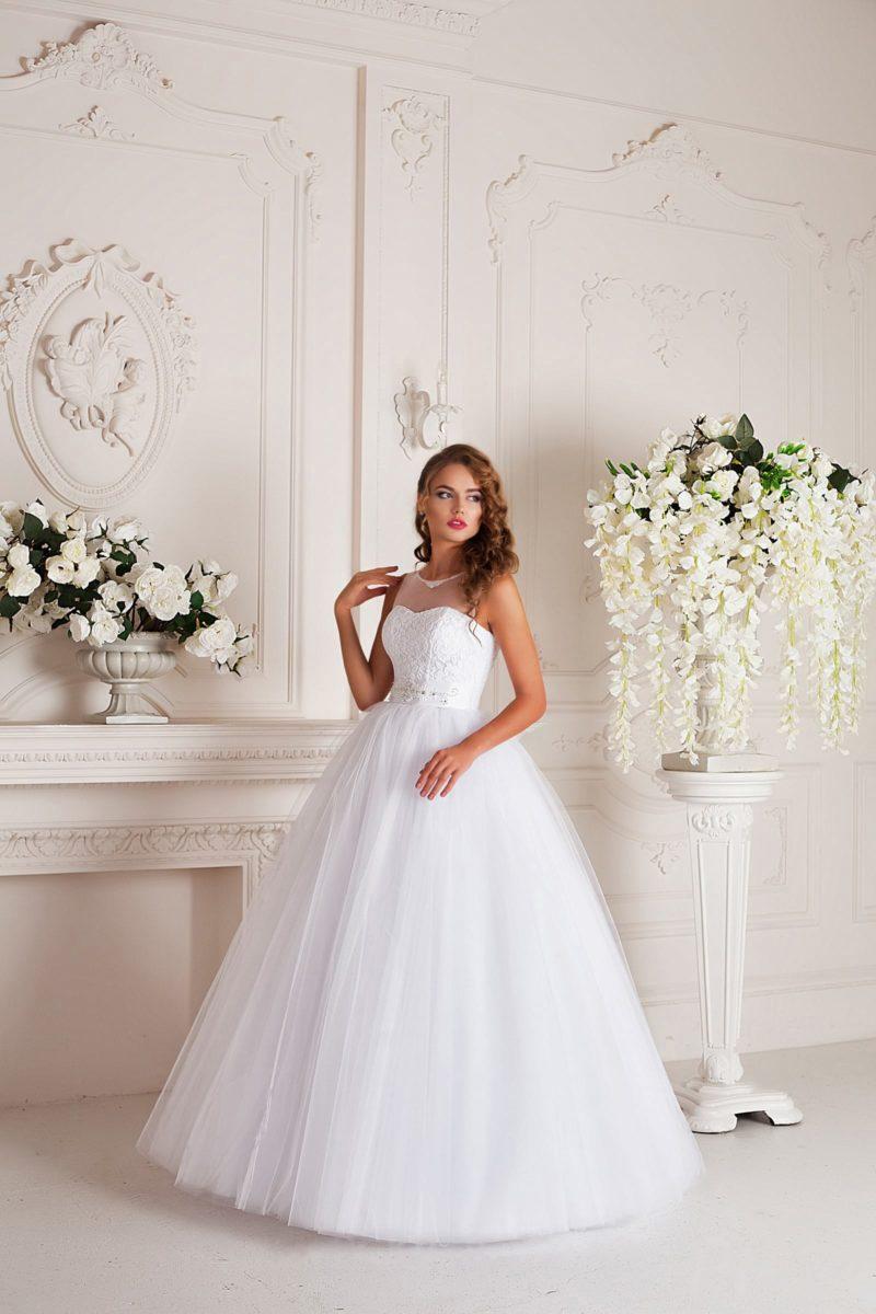 Пышное свадебное платье с полупрозрачной тканью над лифом и вырезом на спинке.