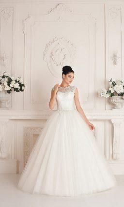 Свадебное платье с многослойной пышной юбкой и широким вырезом на спинке.