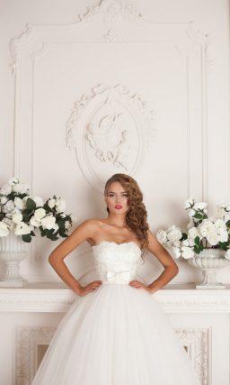 Красивое свадебное платье пышного кроя с фактурным корсетом с аппликациями.