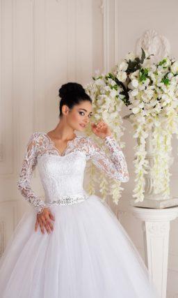 Элегантное свадебное платье с V-образным вырезом, длинным рукавом и пышным низом.