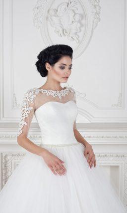 Пышное свадебное платье с длинным рукавом с выразительной отделкой.