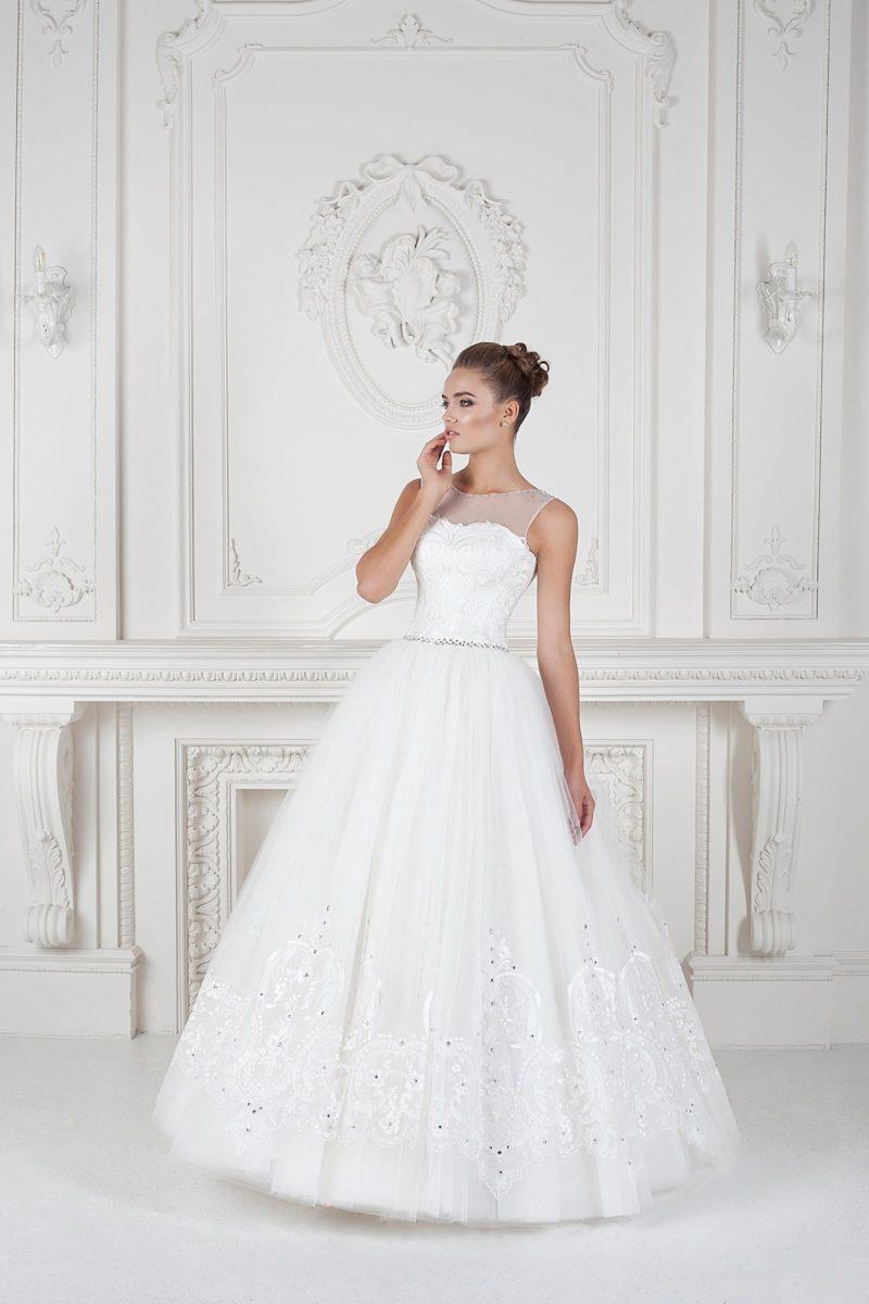 Свадебное платье-трапеция с выразительной отделкой юбки и закрытым полупрозрачным декольте.