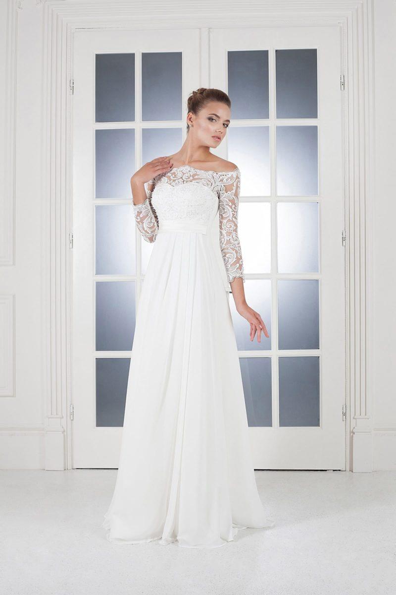 Ампирное свадебное платье с вырезом на спинке и длинными кружевными рукавами.