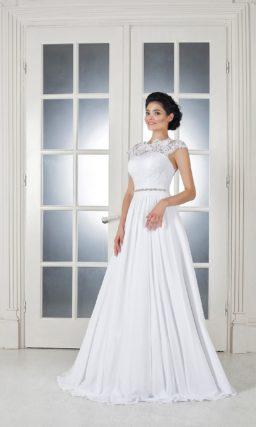 Лаконичное свадебное платье А-кроя с открытой спинкой и блестящим поясом.
