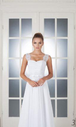 Свадебное платье прямого кроя с элегантными кружевными бретельками.