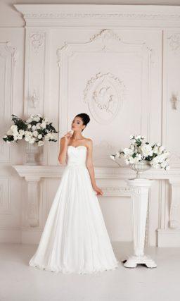 Свадебное платье «принцесса» с романтичной отделкой из драпировок по всей длине корсета.
