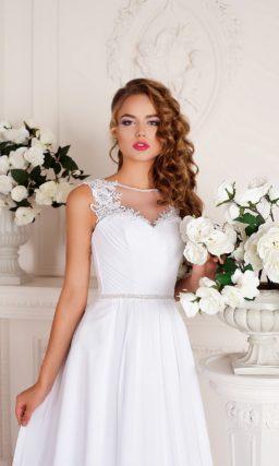 Свадебное платье А-кроя с длинным шлейфом и кружевной отделкой лифа.
