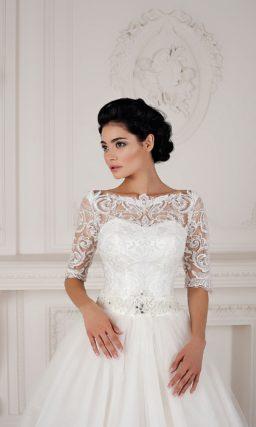 Свадебное платье «принцесса» с отделкой из фактурного кружева и длинным рукавом.