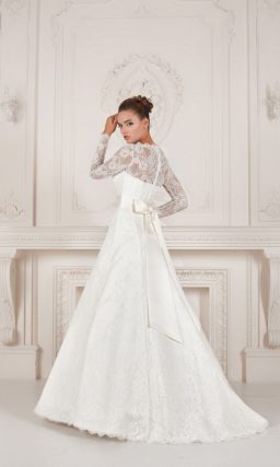 Свадебное платье с кружевной отделкой верха и торжественным длинным шлейфом.