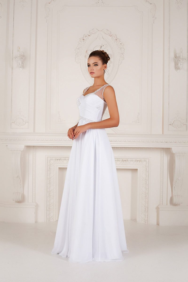 Прямое свадебное платье с V-образным вырезом и бретелями из прозрачной ткани.