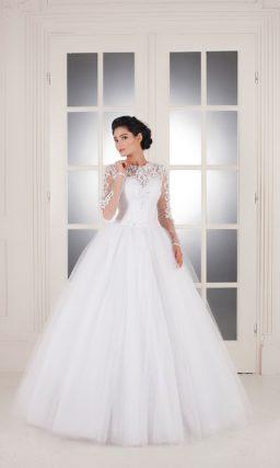 Свадебное платье, декорированное необычным кружевом с крупным рисунком.