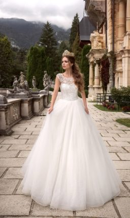 Пышное свадебное платье с элегантным корсетом, полностью покрытым ажурной тканью.