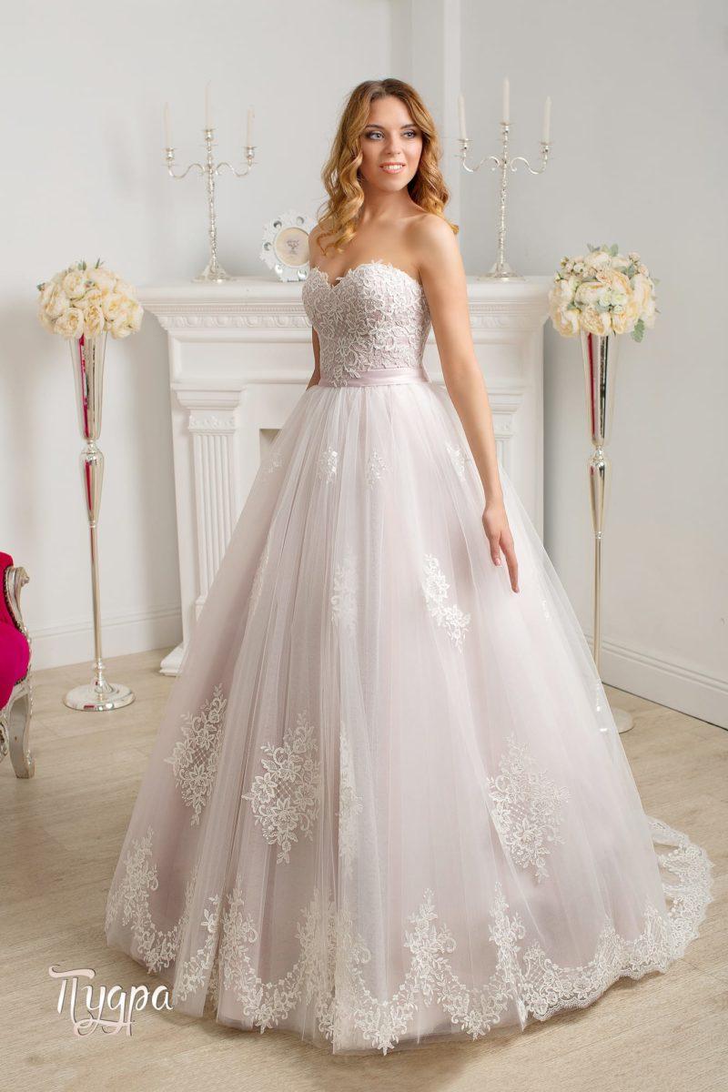 Открытое свадебное платье с юбкой пастельного розового оттенка и кружевным корсетом.