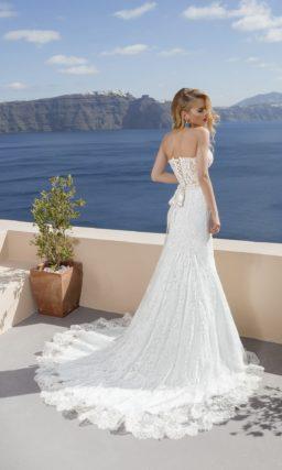 Кружевное свадебное платье с силуэтом «рыбка» и полупрозрачным корсетом.