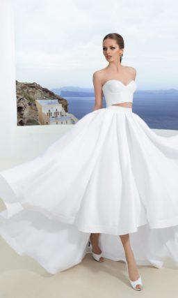 Пышное свадебное платье с открытым укороченным топом и шлейфом сзади.
