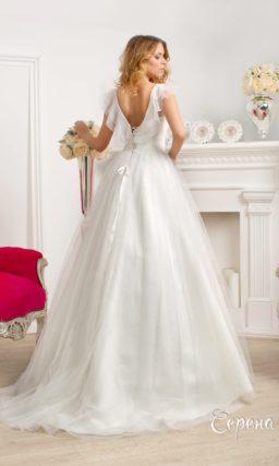 Свадебное платье силуэта «принцесса» с оборками на лифе и V-образным вырезом сзади.