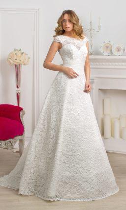 Атласное свадебное платье с силуэтом «принцесса» и отделкой из плотного кружева по всей длине.