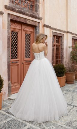 Открытое свадебное платье с пышным силуэтом и кружевным верхом.