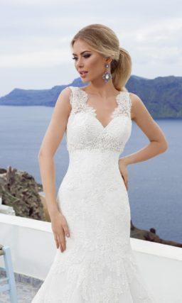 Кружевное свадебное платье с силуэтом «рыбка» и широкими ажурными бретелями.