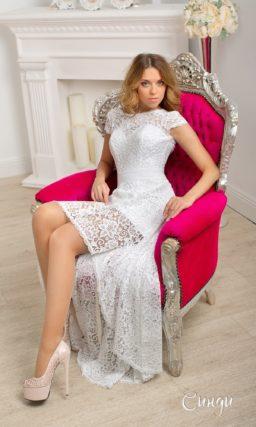 Закрытое свадебное платье с коротким рукавом и укороченным спереди подолом из кружева.