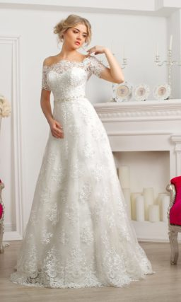 Кружевное свадебное платье с портретным декольте и юбкой А-силуэта.