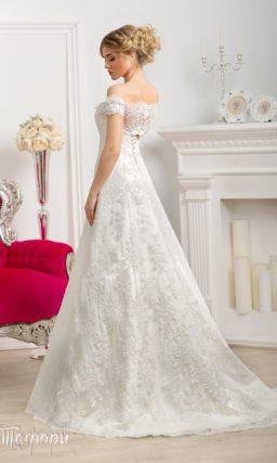 Свадебное платье А-силуэта с ажурными бретелями на предплечьях и кружевным шлейфом.