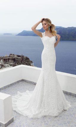 Свадебное платье силуэта «рыбка», по всей длине покрытое слоем плотного кружева.