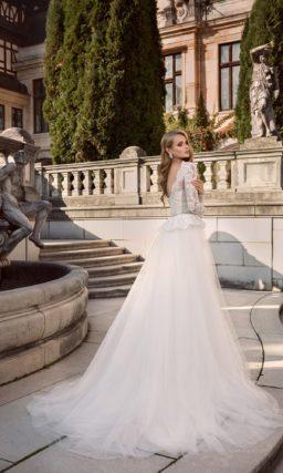 Свадебное платье с длинными рукавами и кружевной баской.