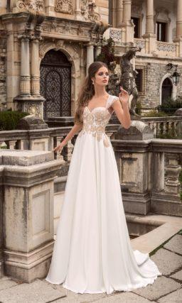 Прямое свадебное платье с отделкой бежевым кружевом и с широкими бретелями.