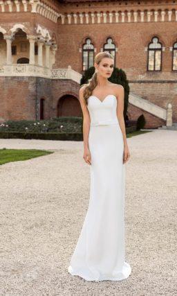 Лаконичное свадебное платье прямого силуэта с открытым лифом в форме сердца.