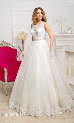 Свадебное платье силуэта «принцесса» с ажурным верхом и V-образным вырезом на спинке.