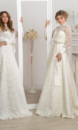 Закрытое свадебное платье с юбкой силуэта «трапеция», по всей длине покрытое плотным кружевом.