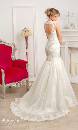 Свадебное платье силуэта «рыбка» на лямках с кружевным вырезом «замочная скважина» на спинке.