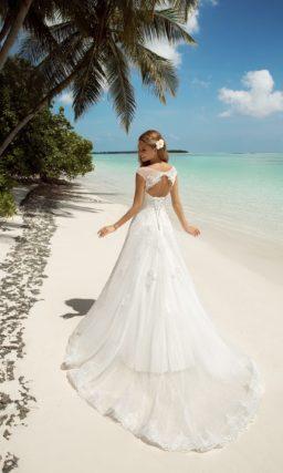 Свадебное платье силуэта «принцесса» с вырезом «замочная скважина» на спинке.