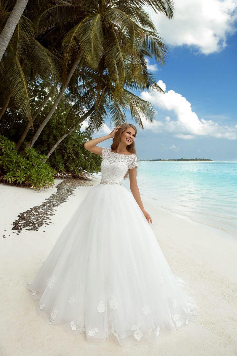Пышное свадебное платье с ажурным верхом и вставкой на спинке.
