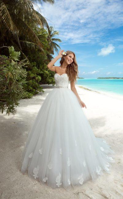 Открытое свадебное платье с вырезом сзади и пышной юбкой с аппликациями.
