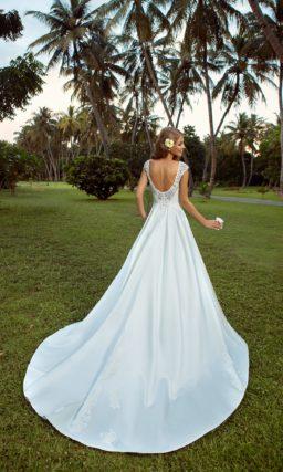Атласное свадебное платье с роскошной юбкой А-силуэта и кружевным верхом.