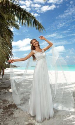Прямое свадебное платье с завышенной талией и кружевным лифом.
