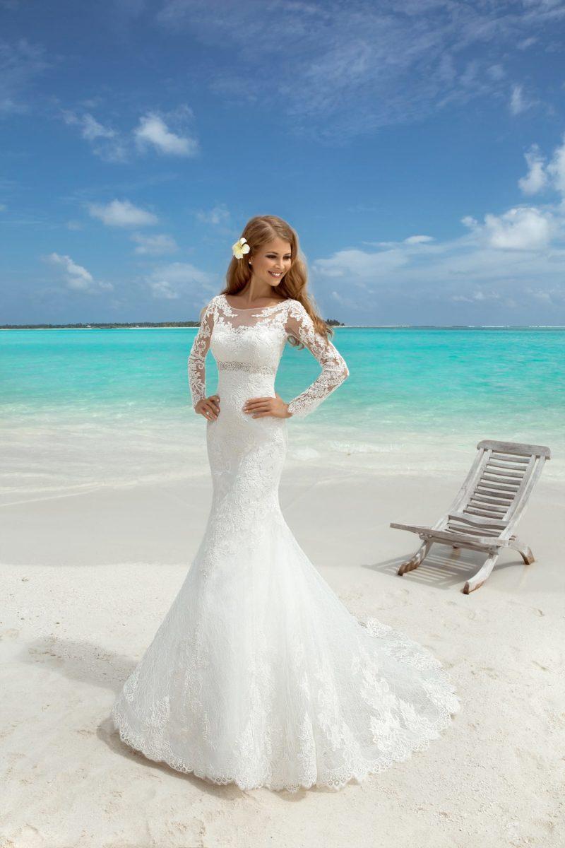 Закрытое свадебное платье силуэта «русалка» с полупрозрачными ажурными рукавами.