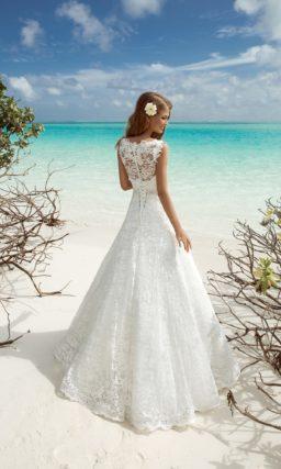 Свадебное платье с V-образным вырезом и ажурной спинкой.