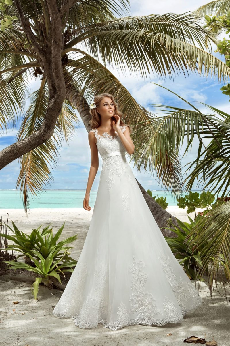 Свадебное платье А-силуэта с завышенной талией и ажурным верхом.