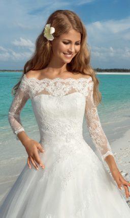 Пышное свадебное платье с кружевным болеро с портретным декольте.