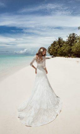 Свадебное платье с длинным шлейфом и кружевным верхом.