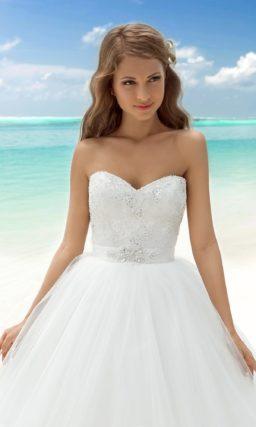 Пышное платье с открытым корсетом и широким атласным поясом.
