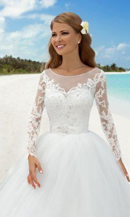 Закрытое свадебное платье с пышным силуэтом и длинным шлейфом.