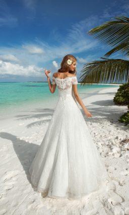 Свадебное платье с ажурным верхом и атласным поясом на талии.